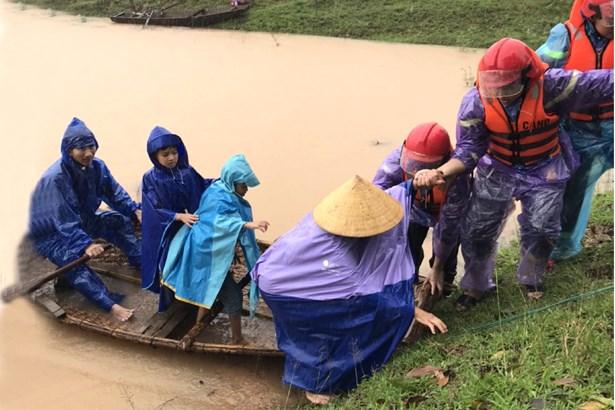 Lực lượng cứu hộ đưa người dân vùng lũ đến nơi an toàn.