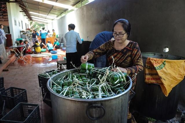 Người dân nhiều địa phương trong cả nước gói bánh chưng gửi tới đồng bào vùng lũ miền Trung.
