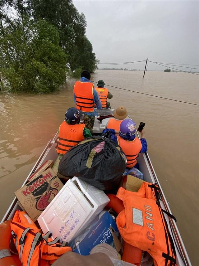 Thuỷ đoàn 1 đưa hàng cứu trợ đến vùng ngập lụt Hà Tĩnh, tiếp tế cho người dân.