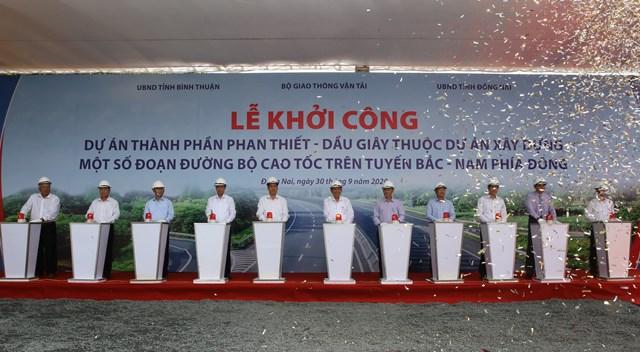 Phó Thủ tướng Trương Hòa Bình cùng các đại biểu nhấn nút khởi công dự án cao tốc Phan Thiết – Dầu Giây. Ảnh M.Hùng.