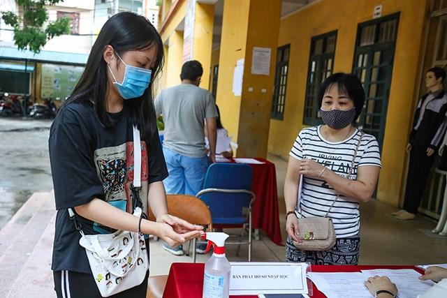 Tất cả phụ huynh học sinh, học sinh đến trường làm thủ tục đều phải rửa tay bằng dung dịch sát khuẩn để đảm bảo cho công tác phòng chống dịch.