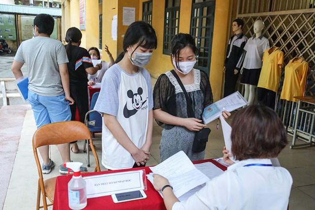 Nhà trường bố trí bàn phát hồ sơ trước khi các phụ huynh học sinh lên phòng làm thủ tục xác nhận nhập học.