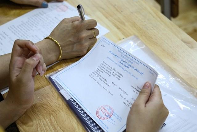 Những giấy tờ bắt buộc phải mang theo khi đến trường xác nhận nhập học.  Giáo viên nhà trường hỗ trợ phụ huynh học sinh làm thủ tục xác nhận nhập học cho con em của mình.