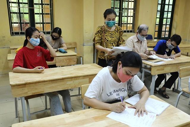 Phụ huynh học sinh được bố trí ngồi cách nhau với khoảng cách tối thiểu nhằm phòng ngừa dịch bệnh.