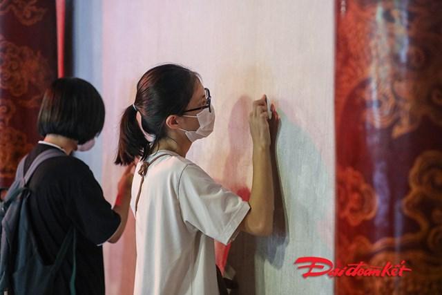 Nhiều thí sinh viết lên tường những ước nguyện với hy vọng những điều tốt đẹp đó sẽ đến với mình.