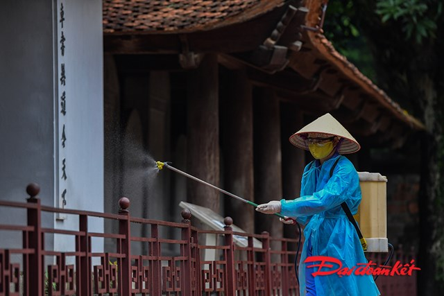 Trước tình hình dịch bệnh khó lường, Ban quản lý Văn Miếu Quốc Tử Giám đã cho phun thuốc khử trùng toàn bộ khu di tích.