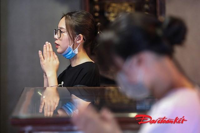 Đến Văn Miếu Quốc Tử Giám cầu may cũng là cách giảm tải áp lực cho nhiều thí sinh trước kỳ thi quan trọng.