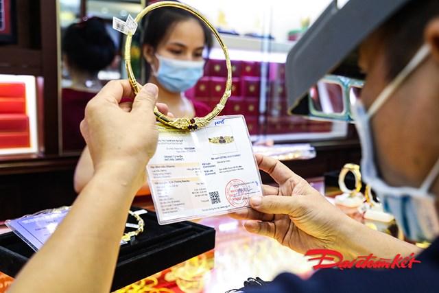[ẢNH] Giá vàng vượt ngưỡng 61 triệu đồng/lượng, dân đổ xô đi bán - Ảnh 1