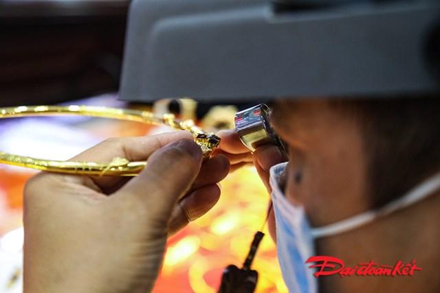 Nhân viên kỹ thuật kiểm tra vàng khách hàng mang đến bán.