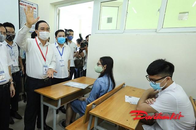 Bộ trưởng Phùng Xuân Nhạ kiểm tra điểm thi tốt nghiệp THPT 2020