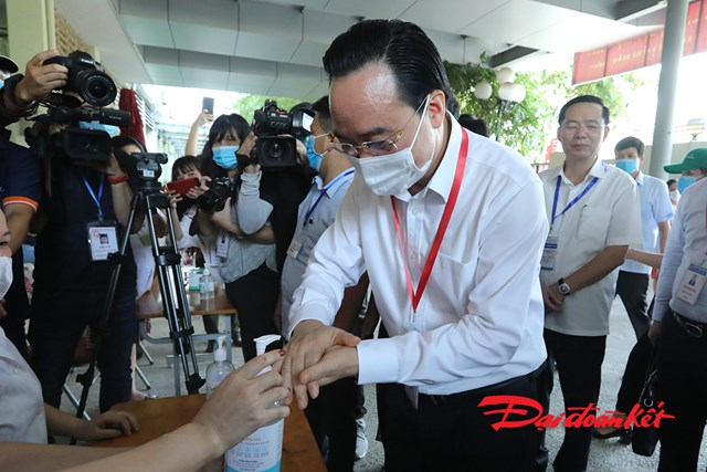 Bộ trưởng Bộ GDĐT Phùng Xuân Nhạ cùng đoàn công tác của Bộ kiểm tra thân nhiệt và rửa tay sát khuẩn trước khi vào điểm thi để kiểm tra công tác chuẩn bị trước kỳ thi.