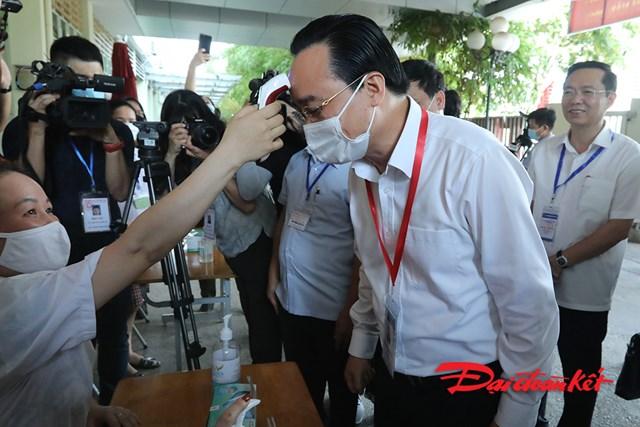 Bộ trưởng Phùng Xuân Nhạ kiểm tra điểm thi tốt nghiệp THPT 2020 - Ảnh 1