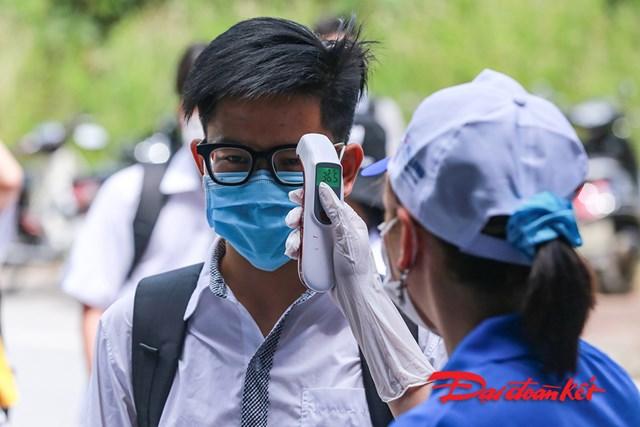 [ẢNH]Gần 80.000 thí sinh ở Hà Nội làm thủ tục dự thi tốt nghiệp THPT - Ảnh 1