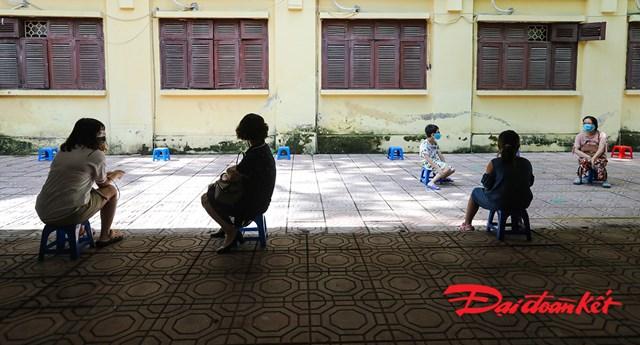 Người dân đến xếp hàng chờ xét nghiệm từ trước 9h sáng hôm nay.