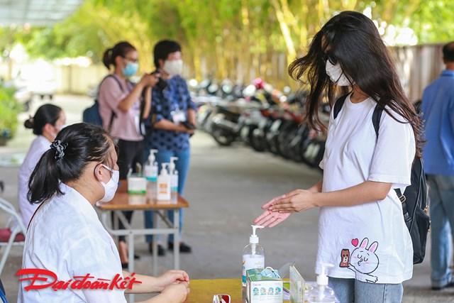 Ngay từ cổng có nhân viên nhắc nhở các thí sinh đến dự thi rửa tay bằng dung dịch sát khuẩn.