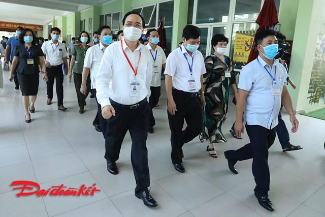 Bộ trưởng Bộ GDĐT Phùng Xuân Nhạ dẫn đầu đoàn công tác kiểm tra của Bộ đi kiểm tra công tác tổ chức kỳ thi tại điểm thi trường THCS Nam Từ Liêm, Hà Nội.