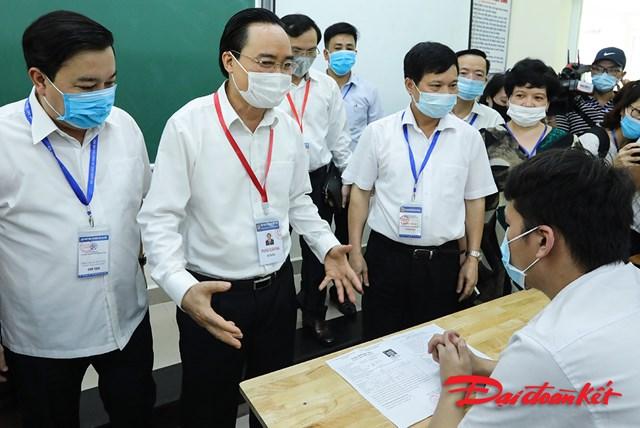 Bộ trưởng Phùng Xuân Nhạ kiểm tra điểm thi tốt nghiệp THPT 2020 - Ảnh 2