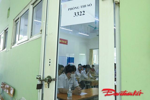 Mỗi phòng thi đều được dán số phòng ở ngoài cửa.