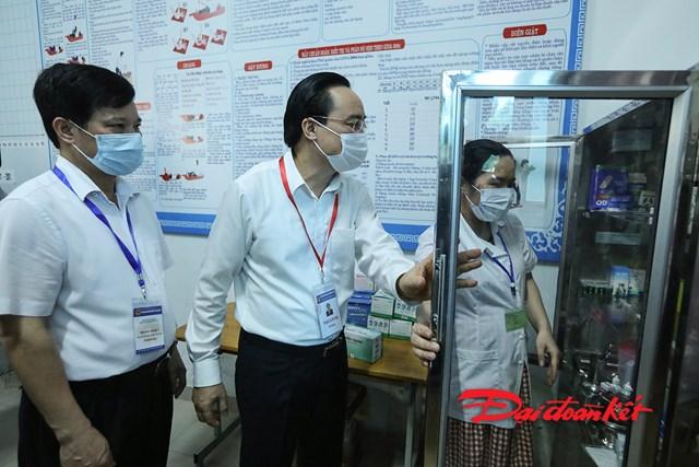 Bộ trưởng Bộ GDĐT Phùng Xuân Nhạ kiểm tra công tác y tế của điểm thi.