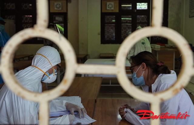 Người làm xét nghiệm phải khai báo y tế, cung cấp lịch trình di chuyển và số chuyến bay cũng như số ghế trên máy bay cho nhân viên y tế.