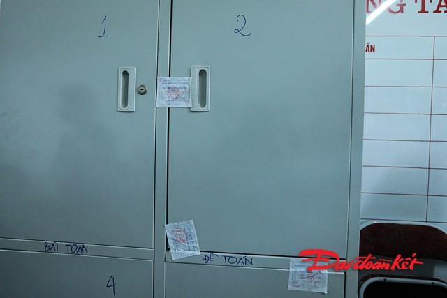 Tủ cất đề thi được niêm phong và có các cán bộ cùng nhau trông giữ 24/24 cẩn thận.