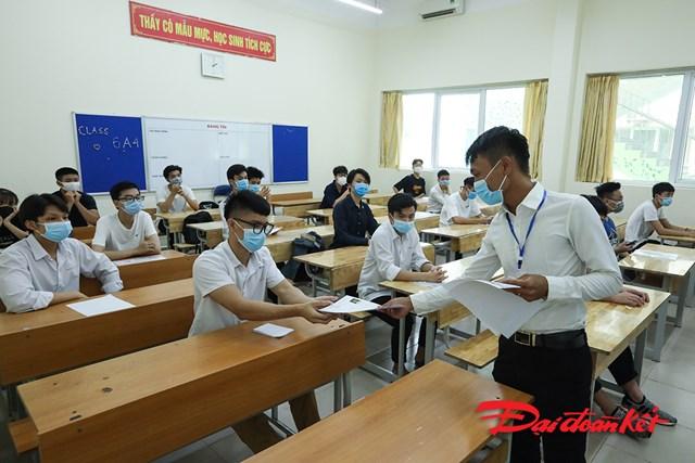 Cán bộ coi thi phát cho thí sinh bản khai đăng ký thi.
