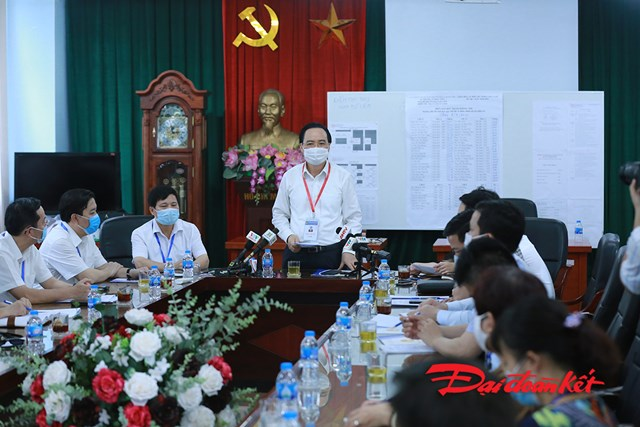 Bộ trưởng Bộ GDĐT Phùng Xuân Nhạ phát biểu chỉ đạo tại điểm thi trường THCS Nam Từ Liêm, Hà Nội.