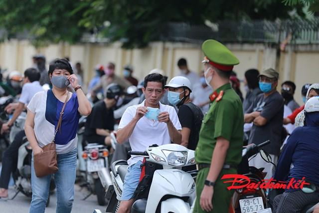 Cảnh sát yêu cầu phụ huynh đeo khẩu trang nơi công cộng.