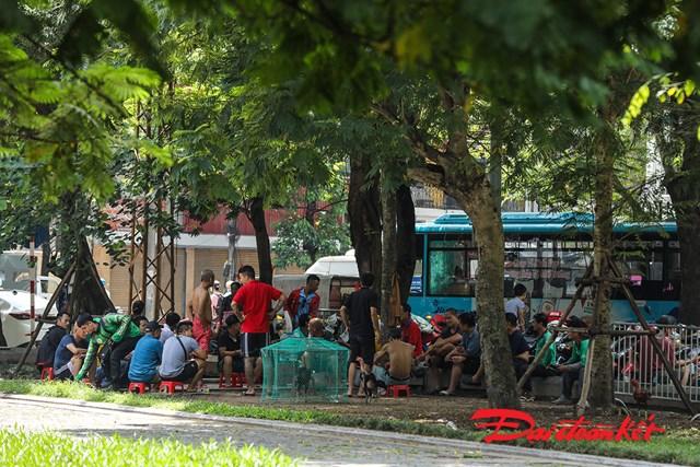 Tại vườn hoa Hàng Đậu trưa 11/8 có đông người tụ tập mà không đeo khẩu trang.