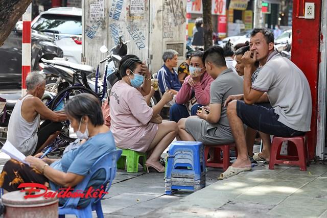 Người dân vẫn ngồi tụ tập quán trà đá vỉa hè mà không đeo khẩu trang.
