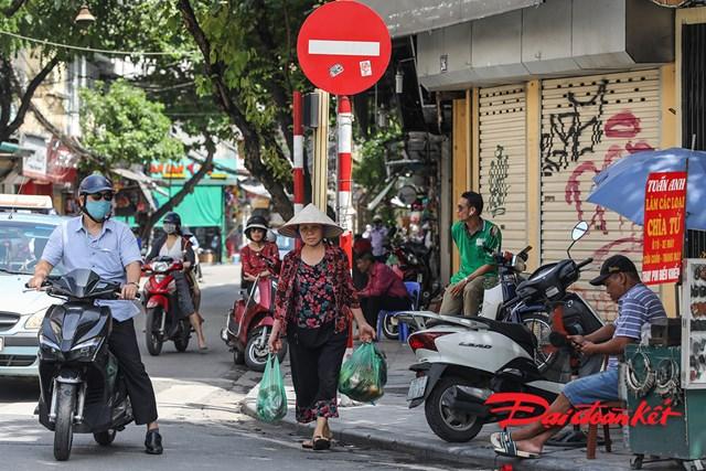 Đi chợ cũng không đeo khẩu trang phòng tránh dịch bệnh.