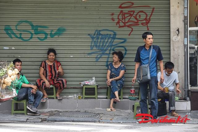 Tại khu phố thuộc quận Hoàn Kiếm vẫn còn những điểm người dân bán hàng trên vỉa hè và không đeo khẩu trang.