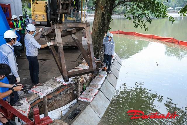 Phía kè ngoài hồ phần trên mặt nước được khoan lỗ trồng cây, tạo nhám, tạo màu giả cổ hài hòa với màu đá ốp đỉnh kè và màu tháp Rùa.