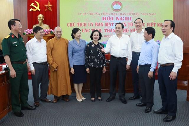 Trưởng ban Dân vận Trung ương Trương Thị Mai, Chủ tịch Trần Thanh Mẫn và các đại biểu trao đổi bên lề hội nghị. Ảnh: Quang Vinh.