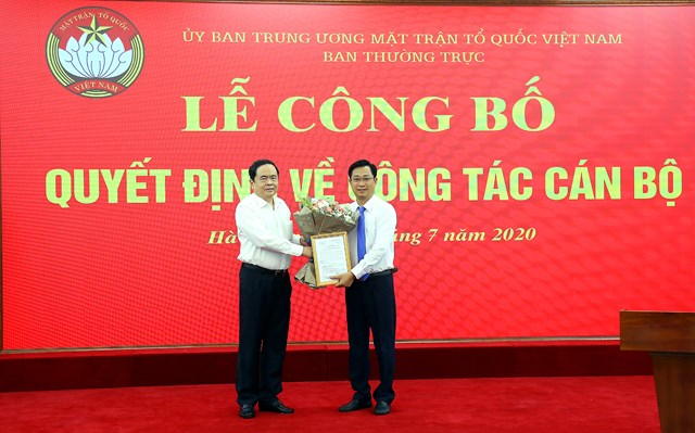 Chủ tịch Trần Thanh Mẫn trao quyết định bổ nhiệm cho ông Cao Xuân Thạo.