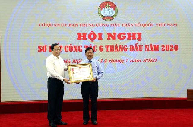 Chủ tịch Trần Thanh Mẫn trao Huân chương Lao động hạng Ba cho Ban Phong trào.
