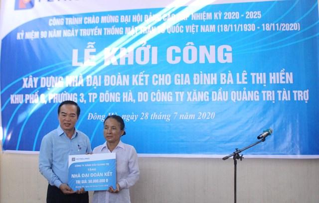 Ông Nguyễn Đức Hùng, Giám đốc Công ty xăng dầu Quảng Trị tặng nhà Đại đoàn kết cho gia đình bà Hiền.