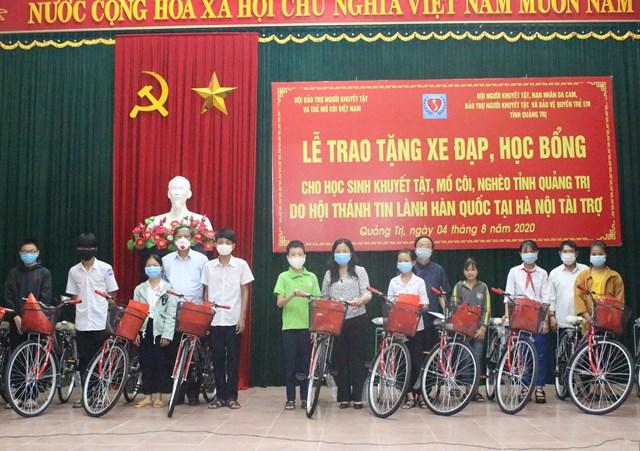 Bà Lê Thị Lan Hương (giữa) trao xe đạp cho các em học sinh có hoàn cảnh khó khăn.