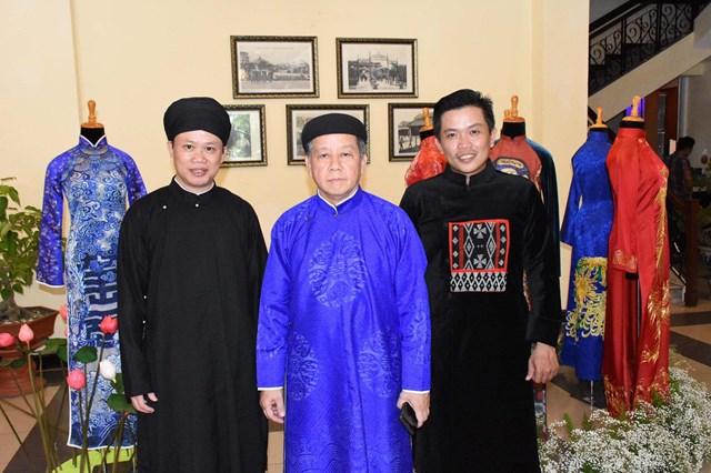 Nghệ nhân - nhà thiết kế áo dài Đặng Quốc Viết Bảo (phải) cùng chủ tịch UBND tỉnh Phan Ngọc Thọ tại hội thảo áo dài mới đây.