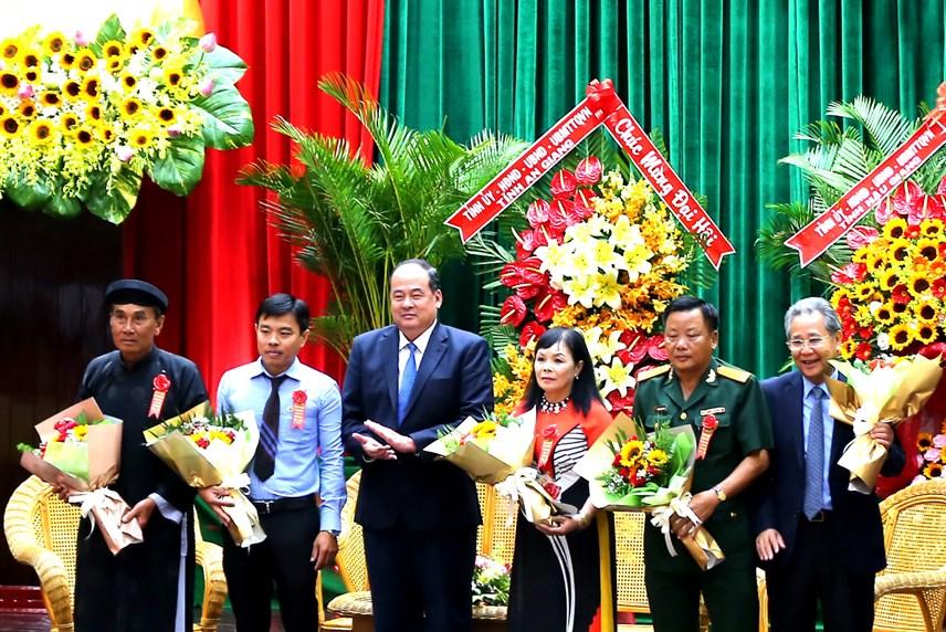Ông Nguyễn Thanh Bình Chủ tịch UBND tỉnh tặng hoa cho các điển hình tiên tiến của tỉnh