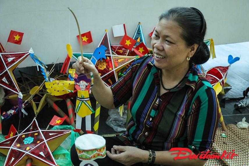 Nghệ nhân Nguyễn Thị Tuyển hướng dẫn cách làm ông Tiến sĩ, ông đánh gậy.